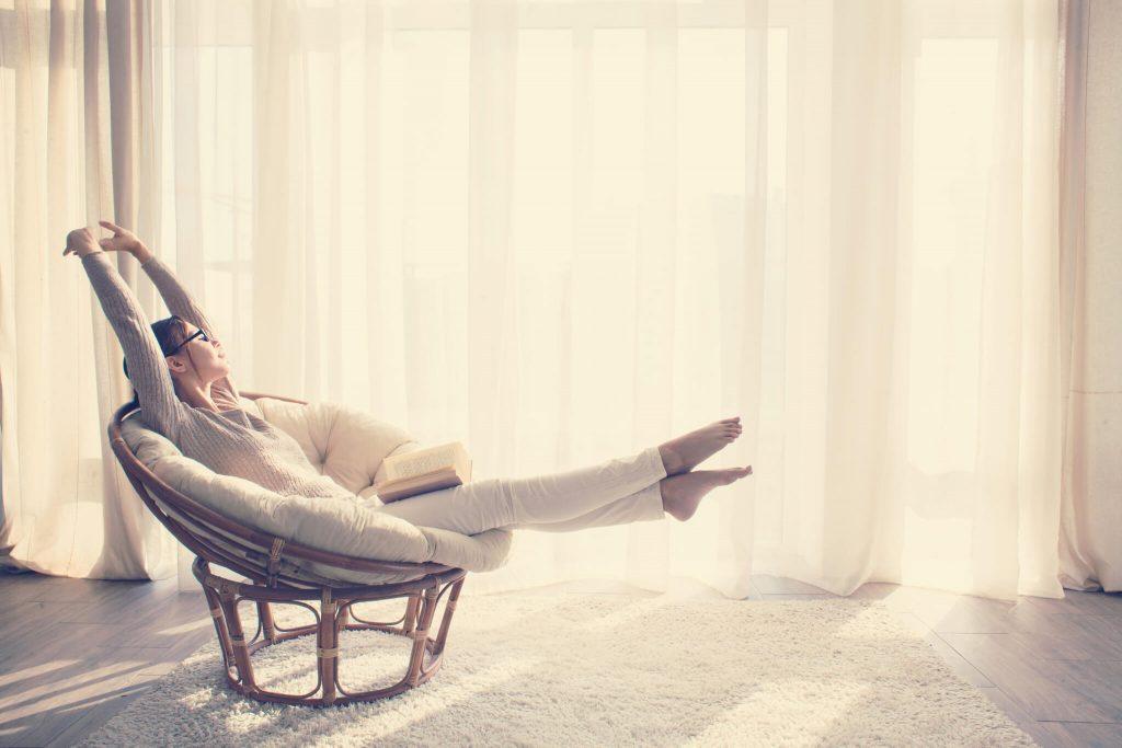 kobieta siedząca na fotelu